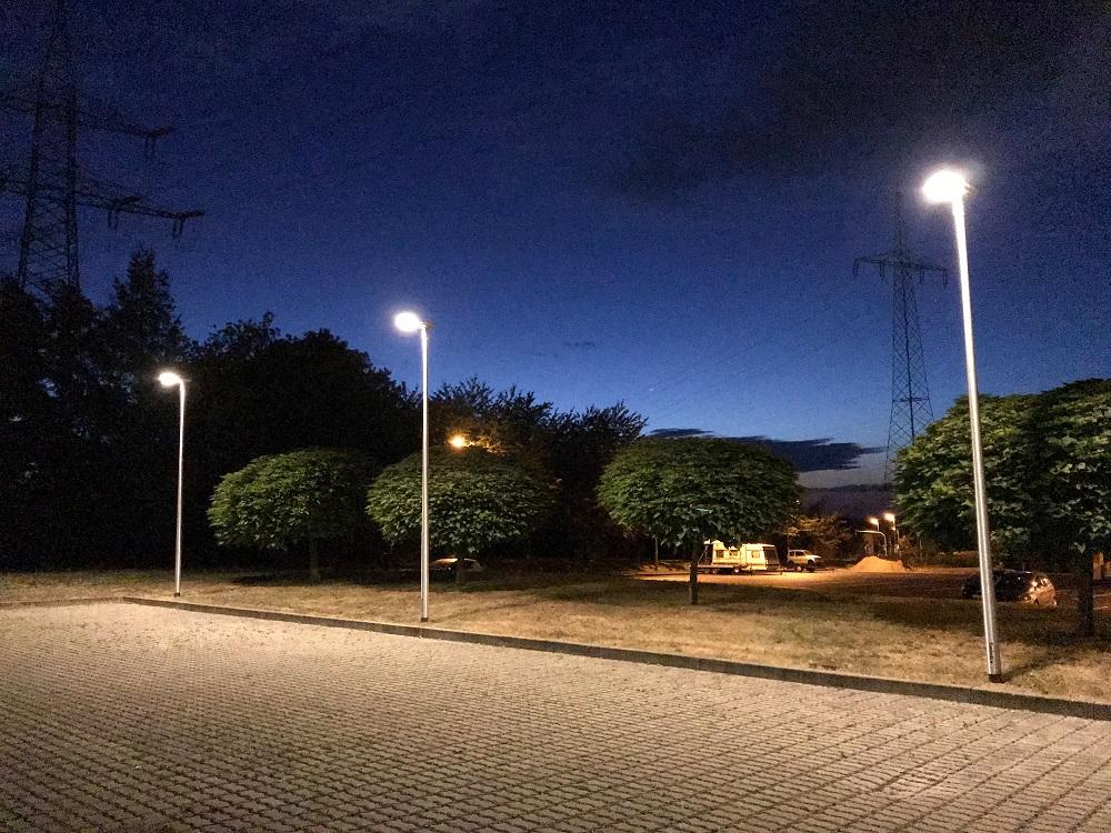 Lichtmasten-Laternenmasten-Leuchtenmasten-mit-Mastleuchten